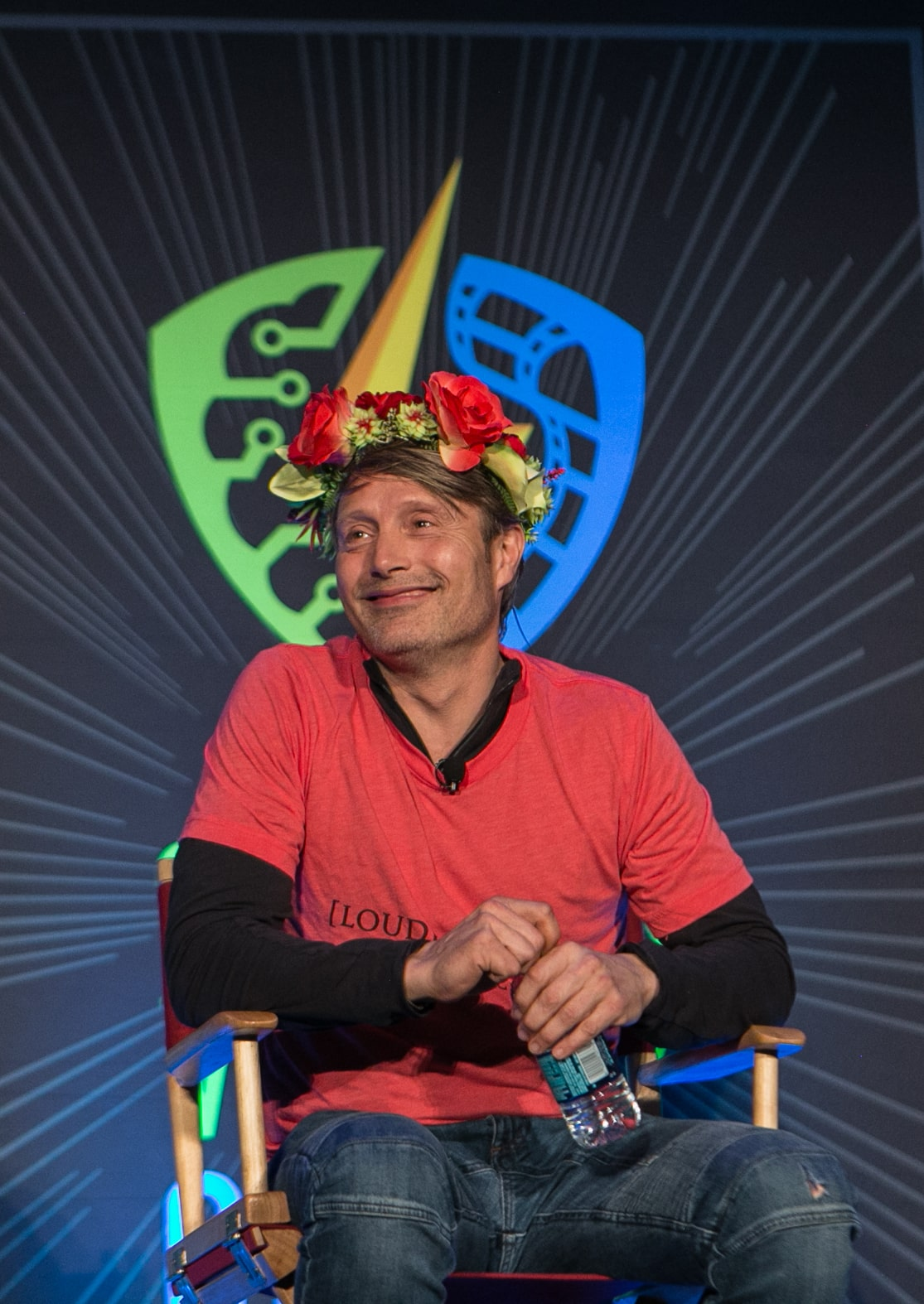 Mads mikkelsen wore a fannibal flower crown at silicon valley comic con izmirmasajfo