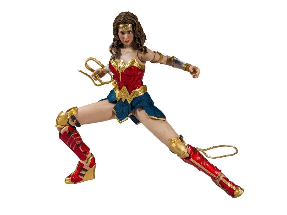 """McFarlane Toy 7/"""" Wonder Woman 1984 Golden Armor Multi-Univers action figure dans la main"""